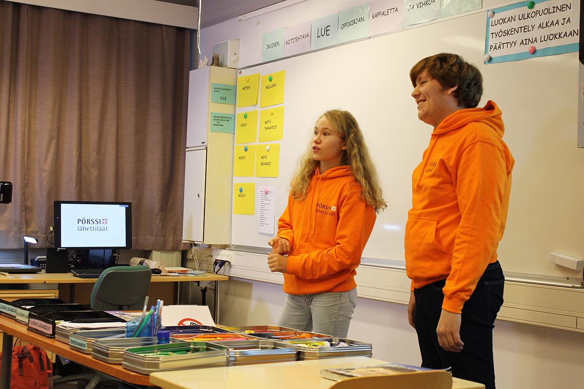Börsambassadörerna Oskari och Laura i klassrummet.