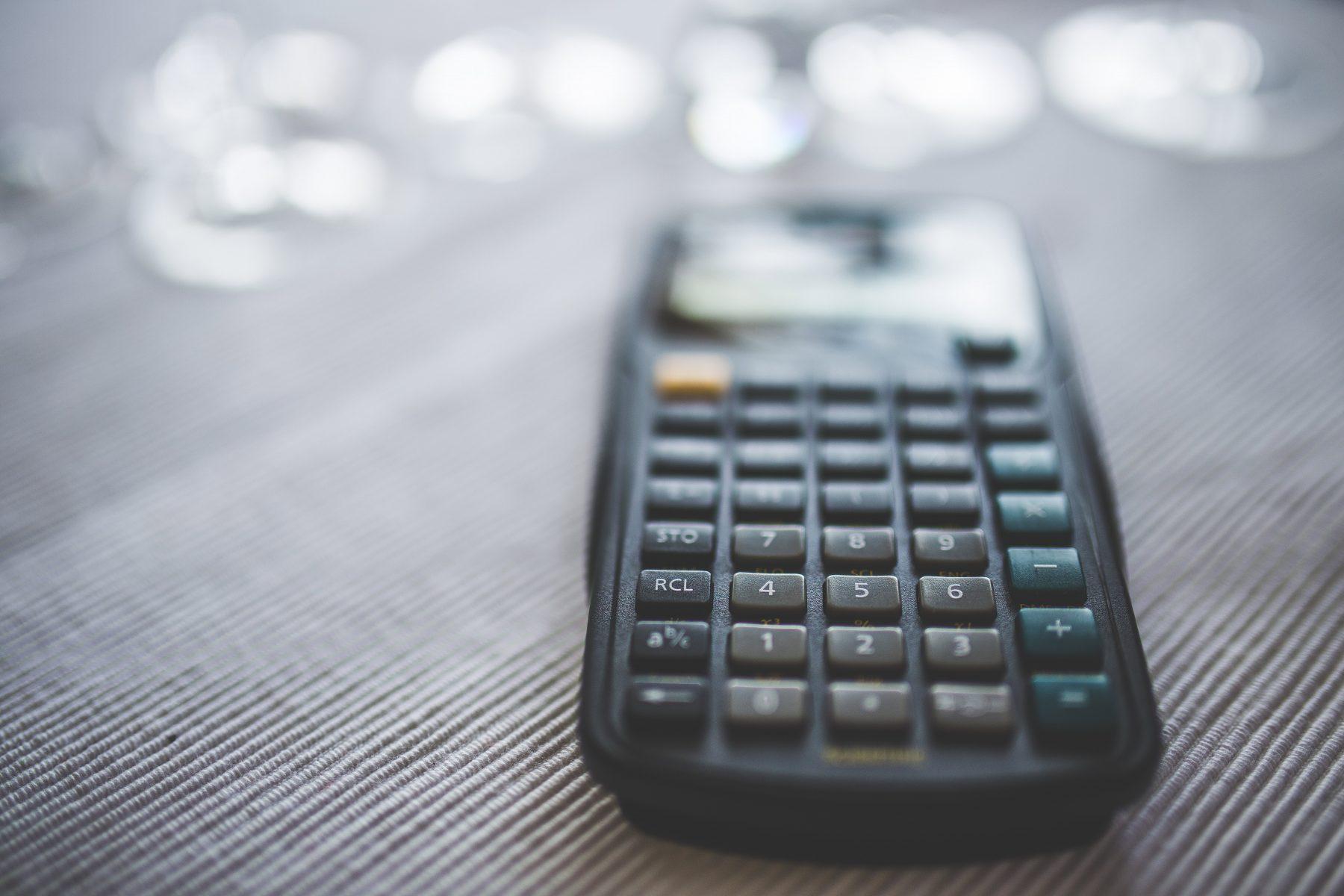 laskin pöydällä