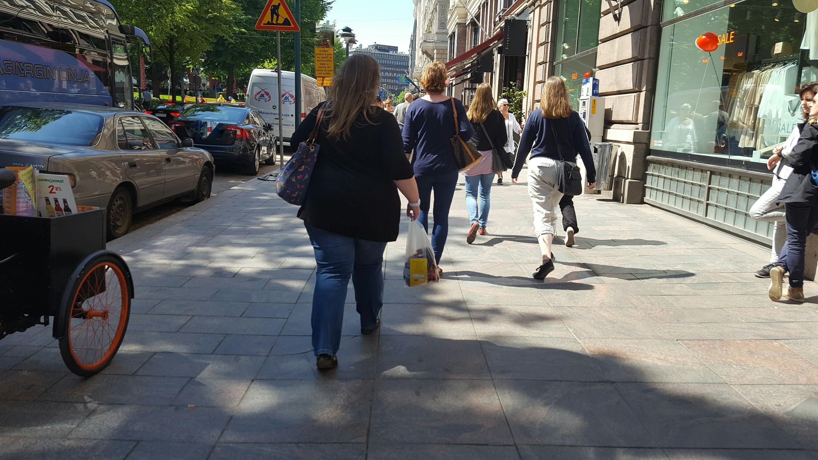 Ihmisiä kävelee Espalla (1) kopio