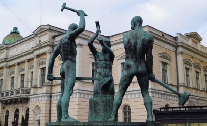 Kolmen sepän patsas, kotimainen omistajuus