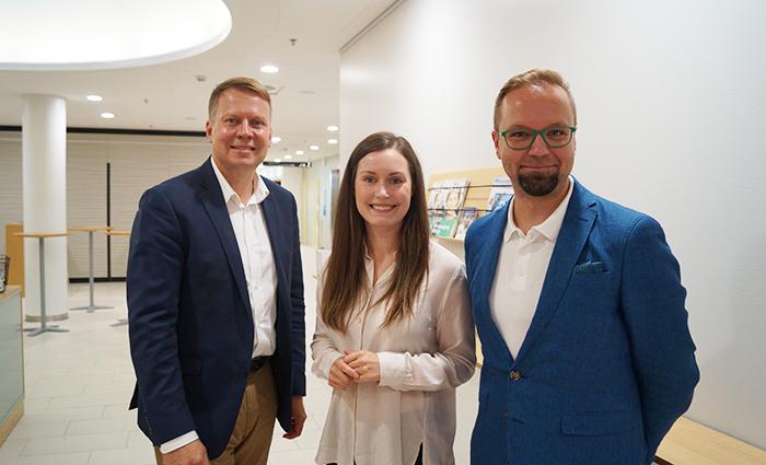 Kansanedustajat Harri Jaskari kokoomuksesta (vas.), Sanna Marin SDP:stä ja Olli-Poika Parviainen vihreistä kuvassa talousosaamisaiheisen paneelikeskustelun jälkeen.