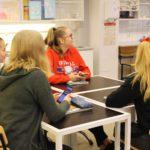 Koululaisia oppitunnilla oppimassa oman talouden hallintaa
