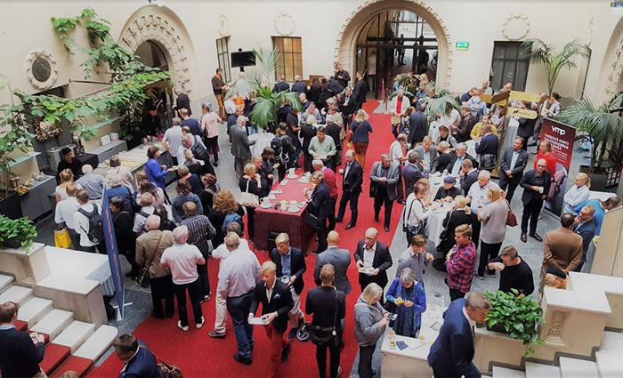 Kuvassa Pörssi-iltaan osallistuvat ihmiset keskustelevat keskenään Pörssitalon linnanpihalla.
