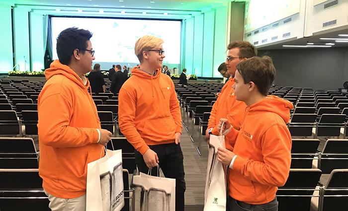 Pörssilähettiläät yhtiökokouksessa: neljä Pörssilähettilästä keskustelee yhtiökokouksen jälkeen Messukeskuksen salissa
