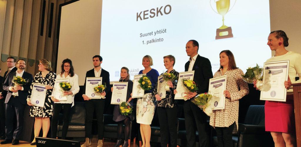 Parhaat sijoittajasivut 2019 -kilpailun voittajat kuvassa kunniakirjat käsissä lavalla.