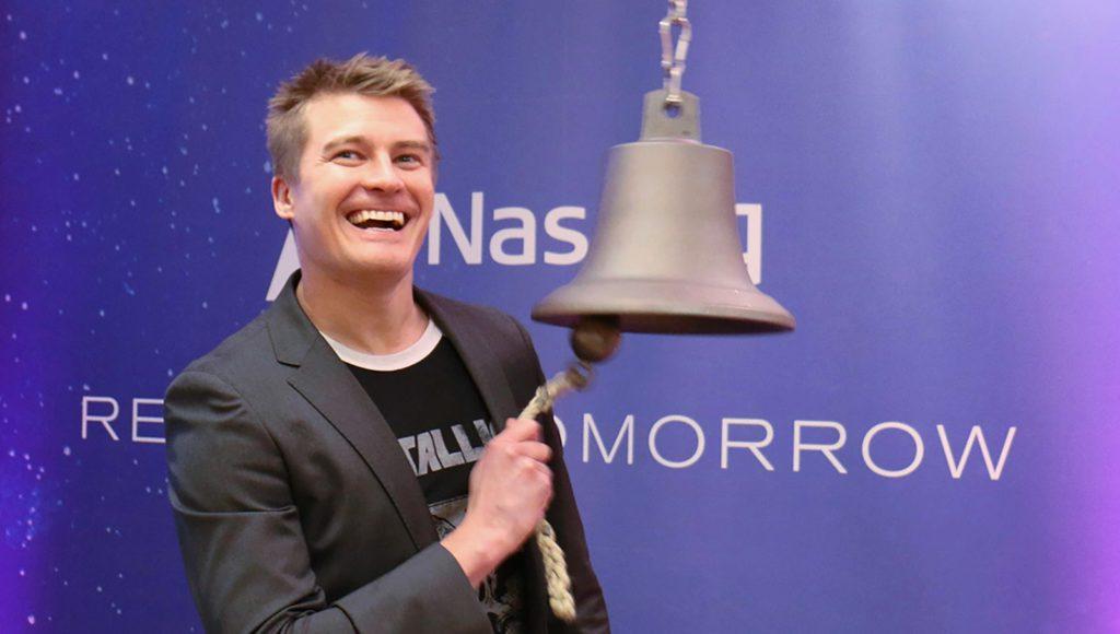 Helsinin pörssin ja Pörssisäätiön Kuukauden yhtiön eli Rush Factoryn toimitusjohtaja Markus Niemelä soittaa pörssikelloa.