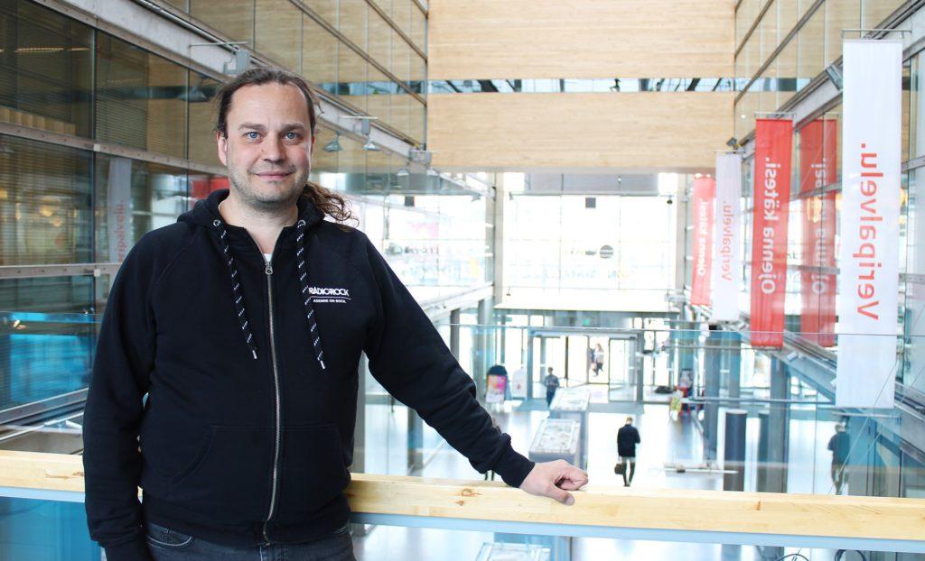 Sijoittaja kertoo: radiojuontaja Harri Moisio on innokas osakesijoittaja. Kuvassa Moisio poseeraa Sanomatalossa.