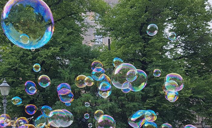 MiMiksi osakekurssit heiluvat? Yksi syy voivat olla erilaiset kuplat, jotka puhkeavat aikanaan. Kuvassa värikkäitä saippuakuplia Esplanadin puistossa.