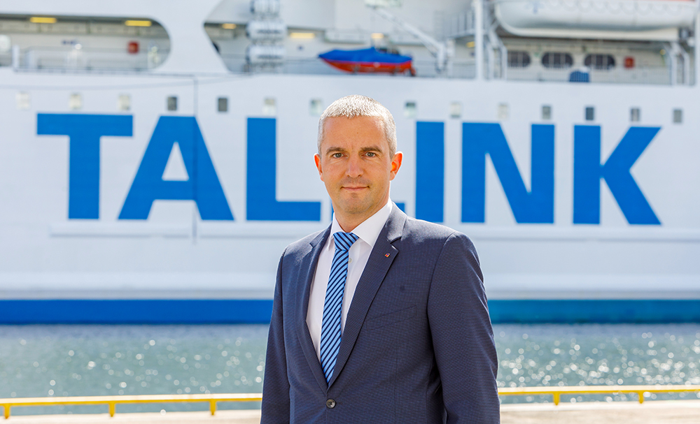 Tallink-konsernin toimitusjohtaja seisoo Tallinkin laivan edessä.